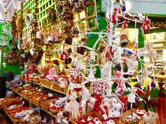 朝マーケットのお花屋さんを覗くと可愛いものを発見! クリスマス用のリースや小物が沢山並んでいました。 カジュアルでシンプルなオーナメントの数々。お花屋さんということで わりと天然素材やそれらを加工した物が多い気がします。 …