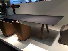 Konferenztisch mit Keramikplatte und Tischbeinen aus Massivholz.