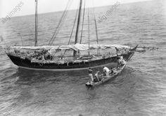 Indien, Segelschiff erhält Trinkwasser Die Mannschaft eines kleinen Segelschiffs bringt in ihrem Beiboot Trinkwasser von einem Passagierdampfer im Indischen Ozean bei Madras.  Foto, April 1950.