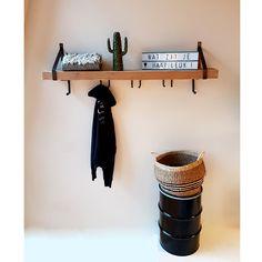 Deze kapstok is een mooie toevoeging aan onze collectie wandplanken met stalen dragers. Een prachtige robuuste wandplank die nu ook praktisch gebruikt kan worden als kapstok. Niet alleen praktisch maar ook nog steeds een prachtige eye-catcher in je hal, woonkamer of slaapkamer. Gezien bij De Betoverde Zolder. Entrance Hall, Home Living Room, My Room, Entryway Tables, Sweet Home, Home And Garden, Shelves, House Design, Interior
