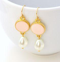 """Wunderschöne extralange Ohrhänger mit rosa emailliertem Zwischenstück und Perlen in Tropfenform. Sehr gut geeignet für besondere Anlässe aber auch im Alltag wenn es mal ein bißchen """"mehr"""" sein..."""