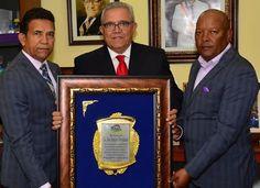 Tirando Pegao: Director del CEA recibe reconocimiento Club los Delfines NY Y RD