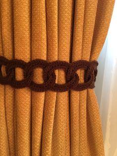 Abrazaderas de curtian/cortinas color chocolate hecho en casa. Este par de abrazaderas mide 23 pulgadas de largo y es de 3 pulgadas de ancho. La mezcla de color chocolate a muchas variedades de decoración del hogar.