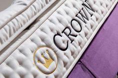 Crown-Betten weiß, was man für einen guten Nachtschlaf tun muss. Dieses Wissen steckt in jedem Detail eines CROWN Bettes – natürliche Gewebe, die auf Ihre Körperwärme reagieren und für ideale Schlaftemperaturen sorgen; Belüftungsöffnungen, dank derer Luft durch die Matratze zirkulieren kann, Feuchtigkeit freigesetzt und Frische verbessert wird; dichte Füllungen, feine Stoffe und sorgfältig verarbeitete Nähte, welche die höchsten Standards von Hygiene und Komfort www.crown-Betten.com