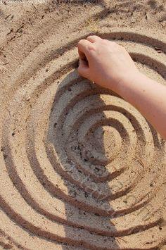 Hiekkaan piirrettyä - hiekka ranta santa kuvio piirtää ympyrä spiraali piirustus kaiverrus maalaus kesä hiekkapiirros