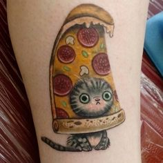 What does pizza tattoo mean? We have pizza tattoo ideas, designs, symbolism and we explain the meaning behind the tattoo. Cute Cat Tattoo, Epic Tattoo, Tattoo You, Fan Tattoo, Tattoo Fails, Pizza Tattoo, Food Tattoos, Funny Tattoos, Design Tattoo