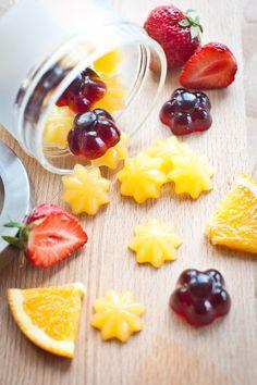Gumové medvídky si mnozí z vás dopřávají s dobrým pocitem, že dělají něco pro své klouby. Pro ty, co chtějí něco udělat i pro svou linii a peněženku, máme ale lepší nápad: vyrobte si je s námi doma! Healthy Candy, Healthy Snacks, Healthy Recipes, Baby Food Recipes, Sweet Recipes, Czech Recipes, Ethnic Recipes, Fruit Roll Ups, Sweet Cooking