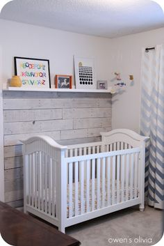 pallett wall with link on how to white wash. like how they stopped it with a shelf Pallett Wall, Diy Pallet Wall, Wood Wall, Pallet Ideas, Pallet Wood, Pallet Projects, Diy Wall, Wall Art, Palettes Murales