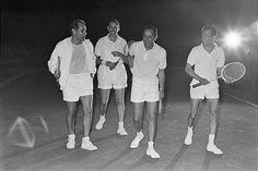Meeting With King Hassan Ii In Morocco. Maroc, 21 juin 1963, rencontre avec le roi HASSAN II, 22ème monarque de la dynastie alaouite qui règne sur le pays depuis le milieu du XVIIe siècle. Ici en tenue de sport, il marche avec quelques amis avec lesquels il vient de disputer une partie de tennis.