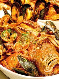 Il Cacciucco con molluschi, crostacei e frutti di mare: una ricetta tradizionale riproposta in una versione diversa ma sempre molto gustosa.