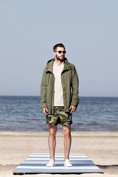 Tenue: Parka olive, Polo blanc, Short camouflage olive, Tennis blanc