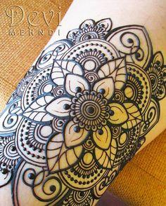 On the thigh... Dibujé una mandala de flor de loto de 6 pétalos adornada con espirales, flores y cadenas de puntos. Este diseño está inspirado en @bluelotushennaportland.