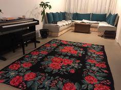 Blije klant met deze rozenkelim in de woonkamer  #rozenkelim #opheffingsuitverkoop #kilim #serozatapijten