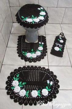 Rose Ragazzon Crochê: Jogo de Banheiro Preto com Flores Brancas