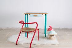 """Ensemble vintage bureau + chaise d'écolier """"Une souris verte """" en bois et métal, revisité en vert, bleu et rouge : Chambre d'enfant, de bébé par rosebap"""