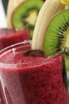 ½ taza de moras, ½ taza de fresas, ½ de té verde (sin endulzantes), ¾ taza de yogurt natural, 2 cda de linaza en polvo, azúcar o edulcorante, 5 cubitos de hielo