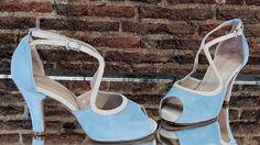 Modelo hecho en ante azul claro combinado con ante beige.