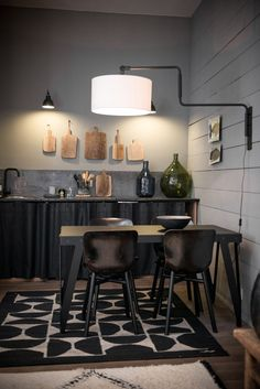 Small black kitchen in a 35 square meter apartment in Lyon