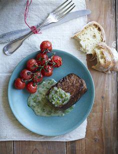 Gebakken biefstuk met gepofte tomaatjes uit de oven.