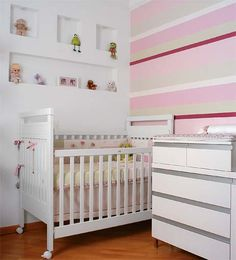 50 rooms of babies with papers of beautiful walls Grey Striped Wallpaper, Beige Wallpaper, Nursery Room, Boy Room, Pink Flamingo Wallpaper, Pink Room, Modern Spaces, Beautiful Wall, Bed