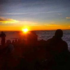 The great Sunrise from 3726m,Mount Rinjani Summit. -> Available the shortest program 2Day-1Night to explore mount rinjani.  #mujitrekkertrip #mujitrekker #trekking #hiking #camping #adventure #Lombok #lombokisland #mtrinjani #mountaineering #backpacking #traveling #travellust #waterfall #natgeo #wanderlust #wanderer