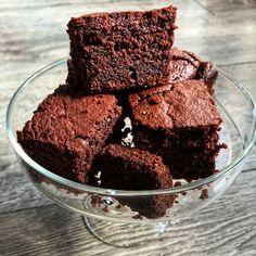 Brownie z buraka - Dietetycznie Mówiąc Brownies, Healthy Snacks, Cake, Food, Interior, Cake Brownies, Health Snacks, Healthy Snack Foods, Indoor