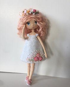 La imagen puede contener: una o varias personas Crochet Gifts, Cute Crochet, Beautiful Crochet, Crochet Baby, Knitted Dolls, Crochet Dolls, Crochet Doll Pattern, Crochet Patterns, Organic Baby Toys