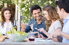 Amigos felizes almoçando — Imagem de Stock #28206955
