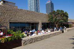 Hippa restaurang Agua ligger utmed strandpromenaden mellan Barceloneta och Port Olimpic i Barcelona.