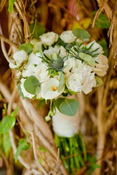 I love the simplicity of white and green bouquets! <3