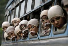 Kalkutta, Indien, 29. Januar 2012    Mahatma Gandhi, Vorbild für Viele: Hunderte indische Kinder aus ärmlichen Verhältnissen haben sich in Kalkutta als Mahatma Gandhi verkleidet. Hintergrund war ein Rekordversuch anlässlich des Todestags des politischen und geistigen Führers der indischen Unabhängigkeitsbewegung. 485 Kinder nahmen teil, setzten sich Brillen auf und klebten sich graue Bärte an.
