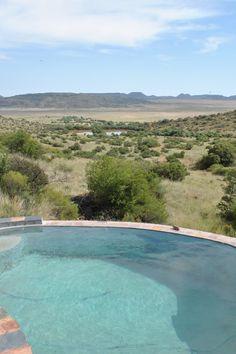 Kareeplaas is op 'n beesplaas sowat 30 km vanaf Gariepdam en is net 23 km vanaf die N1. Die huis is teen die voet van die 'n heuwel gebou en bied 'n asemrowende uitsig oor die vlaktes. Die huis het slaapplek vir 15 gaste en beskik oor 5 slaapkamers, 4 badkamers en 'n oopplan-kombuis en -leefarea. Kareefontein is located on a cattle farm that is about 30 km from Gariep Dam and only 23 km from the N1. The house is built on the foot of a hillside that offers breathtaking views of the plains. Cattle Farming, Van, Building, Outdoor Decor, House, Home, Beef Farming, Buildings, Vans