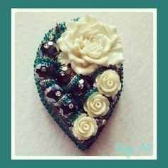 БРОШИ РУЧНОЙ РАБОТЫ (@nadya_art_handmade) в Instagram: «Белые розы. Думаю, Шатунов был бы рад😉😋😄 White roses brooch.💮💮💮 Хрустальные бусины, чешский бисер,…»