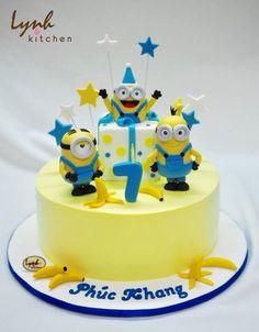 Bắt đầu ngày mới với các bé Minion nhắng nhít, quậy tưng bừng như vậy đã đủ sôi động chưa nào ?! #lynhkitchen #Chocolatecake #Delicious #Cakeforchildren #Cakeforboy #fondantcake #Minionscake 👉🏻Để được hỗ trợ và tư vấn trước khi đặt bánh : 💌Inbox cho Lynh Kitchen hoặc fanpage Lynh Kitchen ☎️Hotline: 0936330333-01226175596 📪Địa chỉ: 161 Nguyễn Thị Nhỏ P9 Tân Bình 🚙 Giao bánh tận nhà