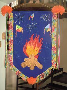 """Estandarte 5 - """"A fogueira de São João""""; tecido, TNT, EVA e tinta dimensional Encomendas umporum@umporumvivianbraga"""