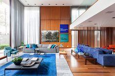 """469 curtidas, 7 comentários - JF   INTERIORES (@jfariainteriores) no Instagram: """"Sala maravilhosa e aconchegante : Pé direito duplo + Madeira + 💙 💡 @suite_arquitetos…"""""""
