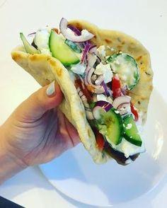 Grieks eten is super lekker, dat bewijst dit lekkere broodje maar weer. Boordevol met verschillende groenten, yoghurt en kippengehakt.