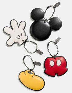"""A marca Coachlança essa semana uma parceria com a Disney, com bolsas, carteiras, jaquetas, chaveiros e bonecos de couro, além de camisetas. Tudo é inspirado no Mickey e discreto, com pequenas aplicações, orelhinhas e chaveiros. Essa colaboração é limitada e faz parte de um projeto de comemoração dos 75 anos da Coach, voltada para a cultura pop americana. """"Mickey Mouse é uma das minhas primeiras memórias americanas pop– seu charme..."""