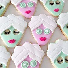 Divertidos e criativos! 🍪💕 Esses cookies são uma lindeza e uma ótima ideia de quitute para um dia de spa da noiva com as madrinhas. 💄💅 A personalização pode ir além dos cookies, seguindo a mesma ideia, as cores e a identidade. Usando muita imaginação, dá para complementar com um kit para cada convidada, com robe, chinelinho, toalhinha, além de, pensar também, em drinks personalizados para tornar o dia muito mais especial! 💝 {via @studiodiy Instagram} #cookies #personalizados #quitutes…