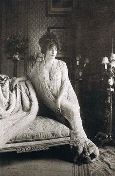 Lantelme in Madeleine Vionnet's déshabillé, designed in 1907 at Maison Doucet. Vintage Glamour, Vintage Girls, Vintage Love, Vintage Beauty, Vintage Outfits, Vintage Pictures, Old Pictures, Vintage Images, Old Photos