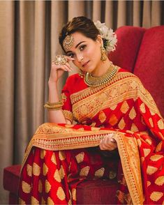 Saree and blouses Rotes Goldtraditioneller Silk Hochzeits-Saree - Rotes Goldtraditioneller Silk Hoch Red Saree Wedding, Indian Bridal Lehenga, Indian Bridal Outfits, Indian Bridal Fashion, Indian Bridal Wear, Indian Fashion Dresses, Wedding Hijab, Lehanga Bridal, Bridal Sarees