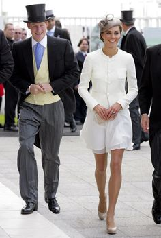 Kate Middleton is the Duchess of Cambridge. In she married Prince William, who is heir to the British throne. Kate Middleton Outfits, Vestidos Kate Middleton, Moda Kate Middleton, Princesse Kate Middleton, Princesa Kate, The Duchess, Duchess Of Cambridge, Lady Diana, Chanel Style Jacket