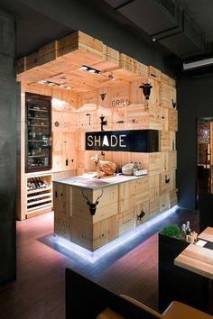 Mostrador realizado en madera haciendo efecto de cajas de vino con señaletica.