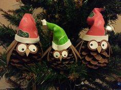 Precioso objeto de decoración naivdeña. Se trata de unos adornos realizados por Yanira Nailss para el árbol de navidad hechos con piñas del campo y la decoración con goma eva y pintura acrílica.