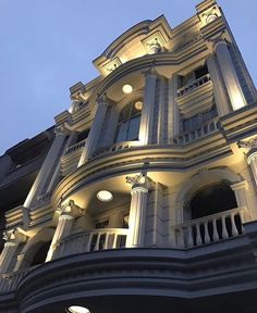 Architecture Building Design, Classic Architecture, Facade Design, Futuristic Architecture, Architecture Details, Exterior Design, Classic House Exterior, Classic House Design, Duplex House Design