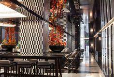 Черно-белый Mandarin Bar — самая эффектная часть интерьера.