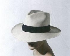 Ein Klassiker: der Panamahut als Damenmodell in Herrenfasson. Alle Modelle sind Eigenkreationen der Linzerin. Mehr dazu hier: http://www.nachrichten.at/nachrichten/society/Mut-zum-Hut;art411,1463990 (Bild: Mona Lenz)