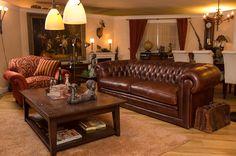 Comfortabele Chesterfield bank  U leest het goed: Een comfortabele Chesterfield. Voor de kenners: een echte Chesterfield behoudt zijn waarde. Dit exemplaar heeft daarnaast nog 1 groot voordeel: Hij zit vorstelijk lekker! Nu in de winkel. Chesterfield Bank, Cozy Living Rooms, Home Furnishings, Couch, Country Living, Furniture, Design, Home Decor, Office Furniture