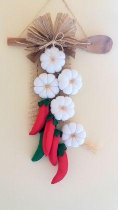 Enfeite réstia de alho em tecido. Para enfeitar sua área de churrasqueira e cozinha. Feito em tecido. Felt Crafts Diy, Craft Stick Crafts, Fall Crafts, Fabric Crafts, Sewing Crafts, Christmas Crafts, Sewing Projects, Arts And Crafts, Paper Crafts
