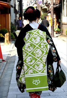 Hanaguruma Obi, Kimono